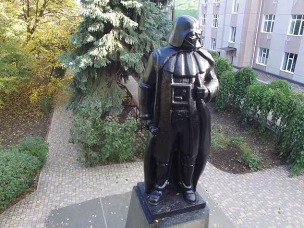 статуя дарту вейдеру