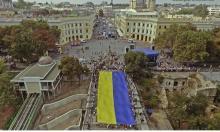 Над Потемкинской лестницей  подняли 25-метровый флаг Украины