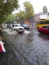 Во время грозы улицы Одессы превратились в реки: видео